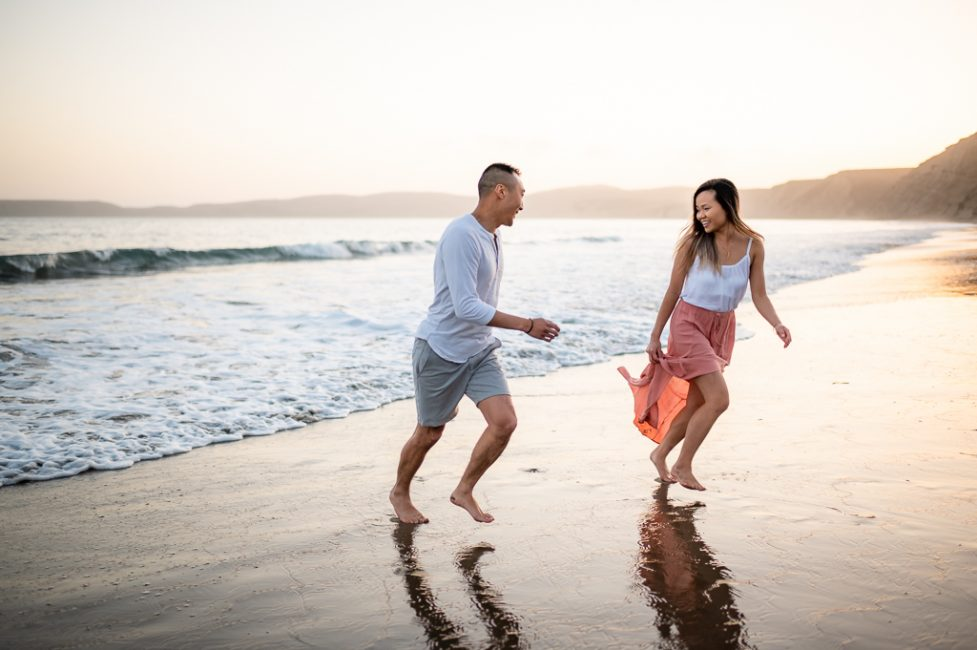 An example of engagement photography showing what to wear at a beach.
